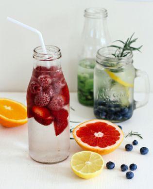 https---archzine.fr-wp-content-uploads-2017-04-eau-vitamin%C3%A9e-aux-fruits-et-herbes-boissons-rafra%C3%AEchissantes-sant%C3%A9.jpg